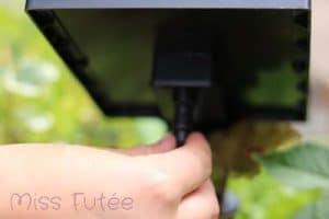 On débranche le panneau solaire pour stopper l'eau