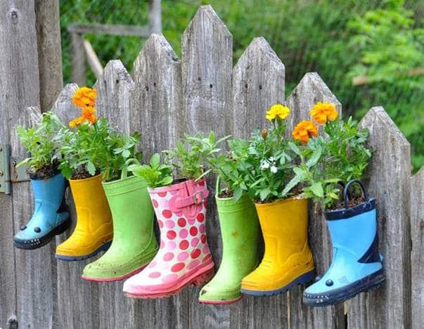 Des bottes colorées comme pots de fleurs chouette déco pour le jardin