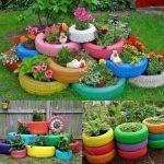 De vieux pneus utilisés comme pots de fleurs