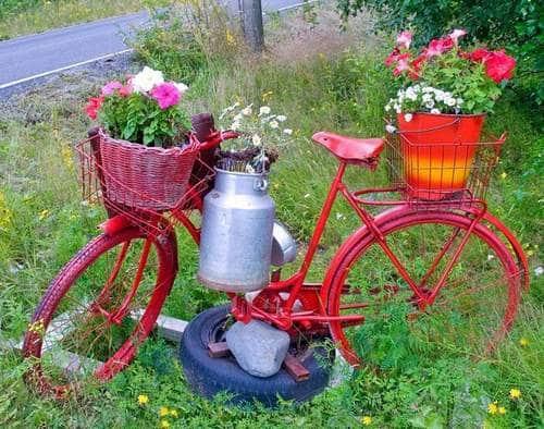 Un vieux vélo repeint comme support de pots