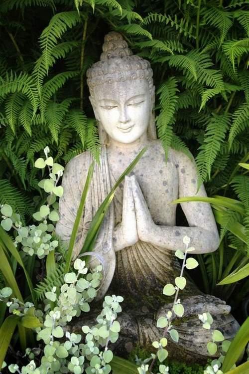 Beau bouddha niché dans la verdure