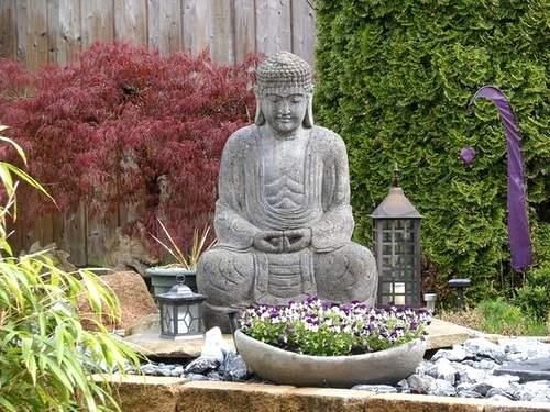 Grand bouddha dans un coin zen