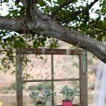 Vieille fenêtre transformée en support pots fleurs