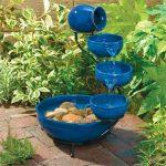 Jolie fontaine solaire bleue