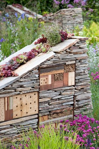 Hôtel à insectes en pierre et bois