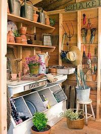 Une chouette déco pour un rangement optimum dans un abri de jardin